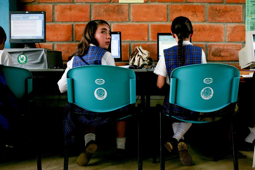 A computer class at a rural secondary school in La Ceja del Tambo, Colombia. Photo: © Charlotte Kesl / World Bank